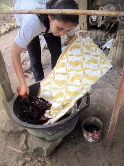Mufidah dyeing her batik in natural dye from Mahogany bark.