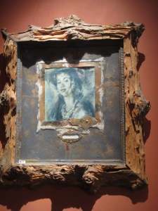 Portrait with a Driftwood frame. blanco.