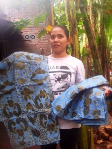 Mufidah  with her work ready for next dye