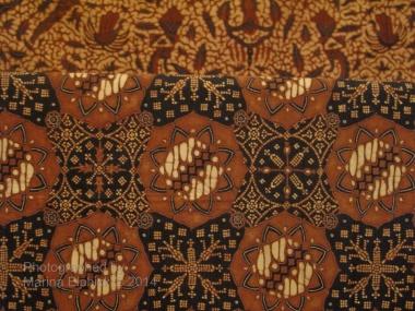 Nitik incorporated into a more complex design from Yogyakarta, seen at the Danar Hadi Museum, Surakarta